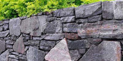 Daños a muros y fachadas de piedra